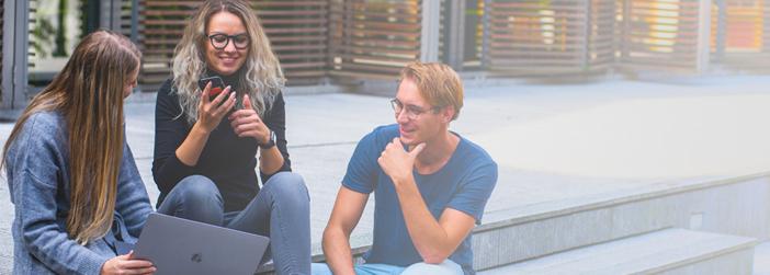 como atrair os jovens para a igreja jovens conversando na rua