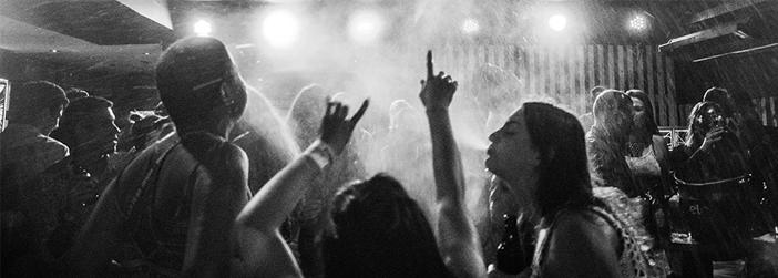 como atrair os jovens para a igreja jovens em festa com bebidas