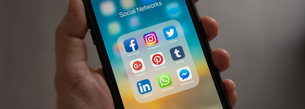 como-conquistar-fieis-na-internet-smartphone-com-acesso-as-redes-sociais
