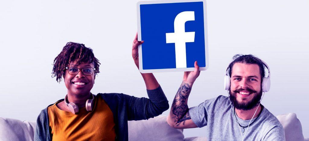 redes-sociais-um-homem-uma-mulher-fone-de-ouvido-plataforma-facebook