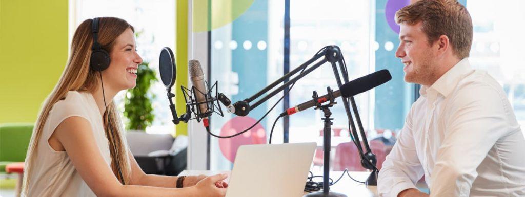 homem-mulher-entrevista-estudio-radio