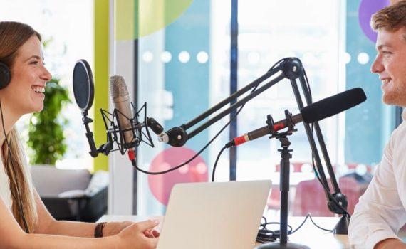 tecnologia-da-informacao-e-comunicacao-homem-mulher-entrevista-estudio-de-radio