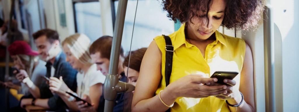 tecnologia-pessoas-mexendo-no-celular