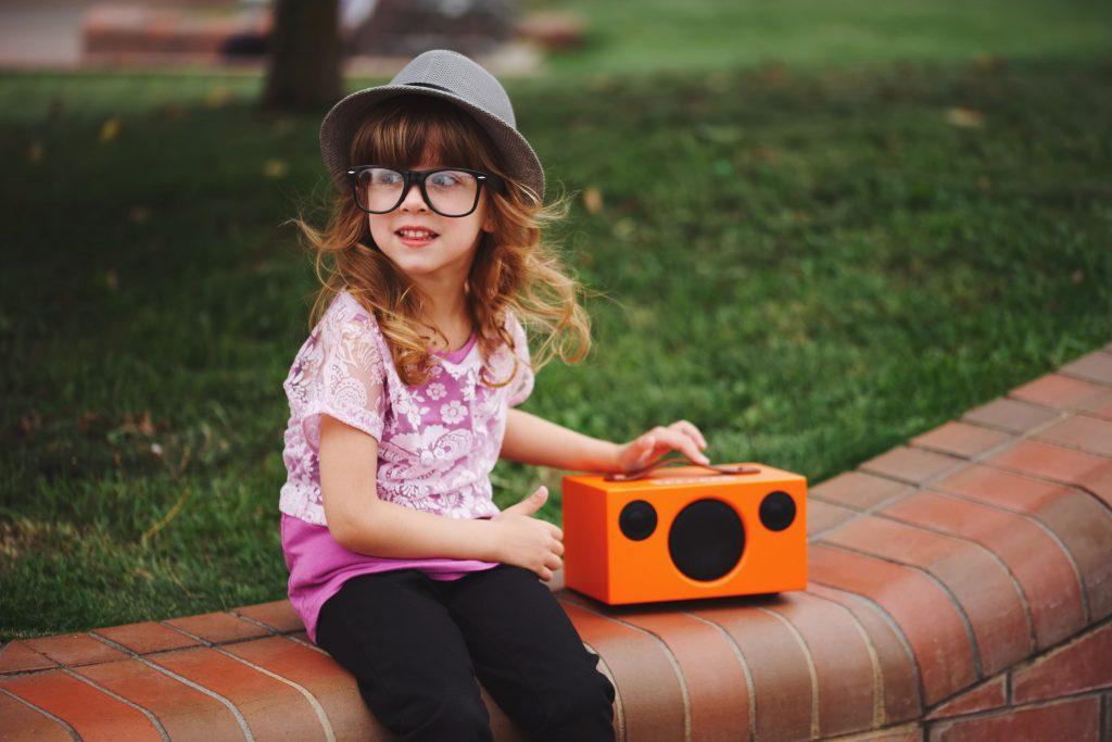 streaming para rádio criança escutando rádio laranja