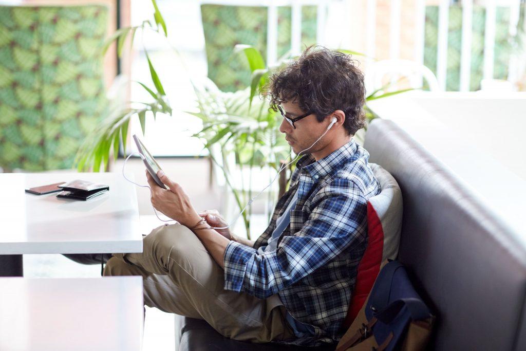 streaming pra radio jovem com tablet e fone de ouvido