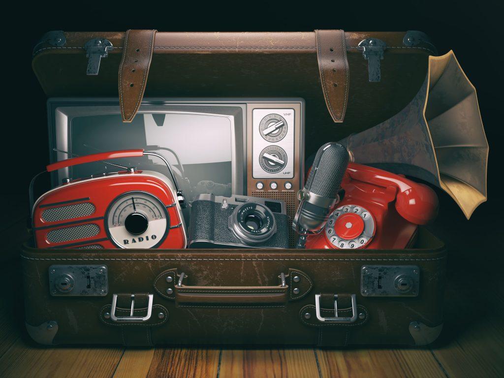 o-que-e-streaming-diversos-meios-de-comunicacao-antigos-dentro-de-uma-mala