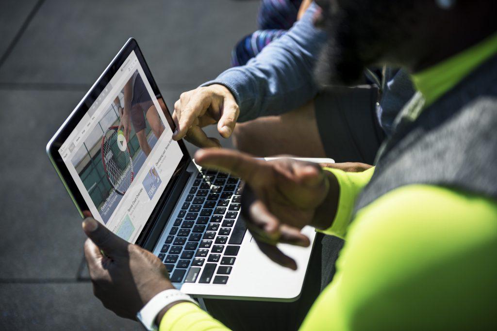 o-que-e-streaming-duas-pessoas-assistindo-video-no-computador