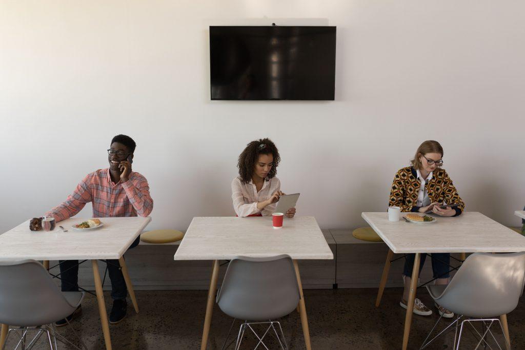 o-que-e-streaming-televisao-tres-pessoas-conectadas