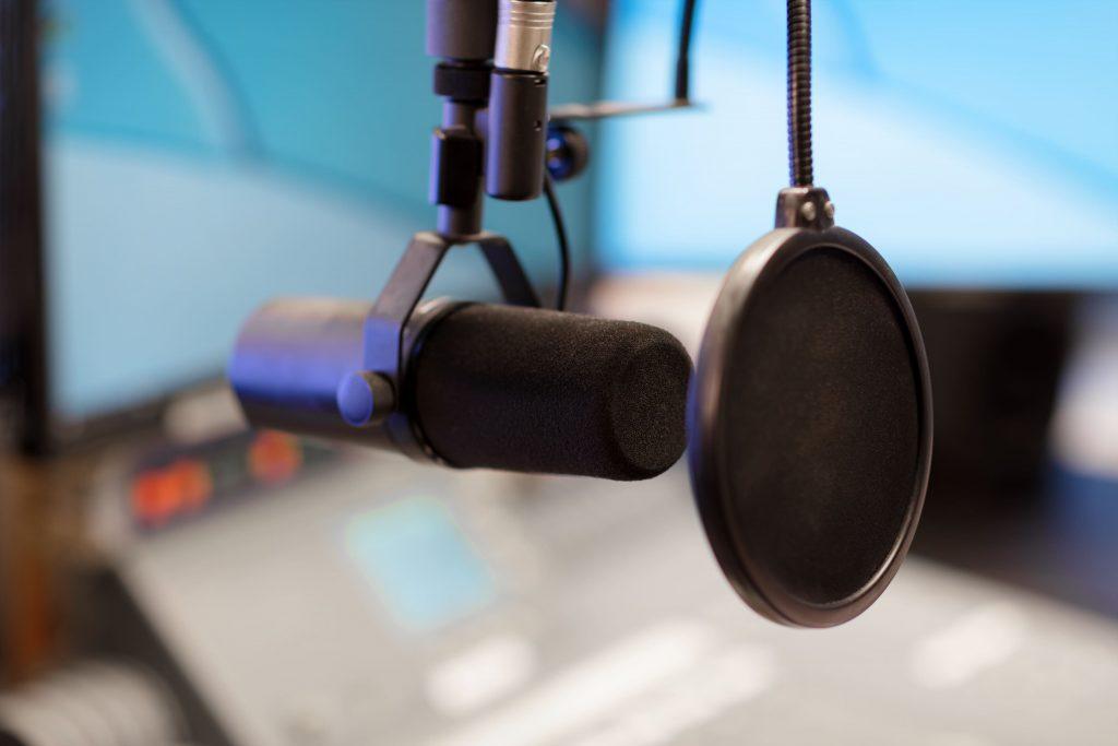 avanco-da-tecnologia-estudio-de-radio-microfone