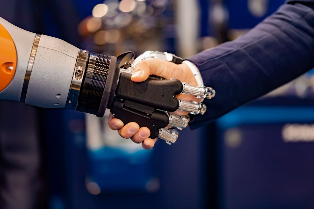 avanco-da-tecnologia-homem-e-robo-dando-as-maos