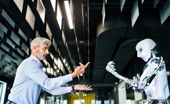 avanco-da-tecnologia-homem-engravatado-robo-prontos-para-brigar