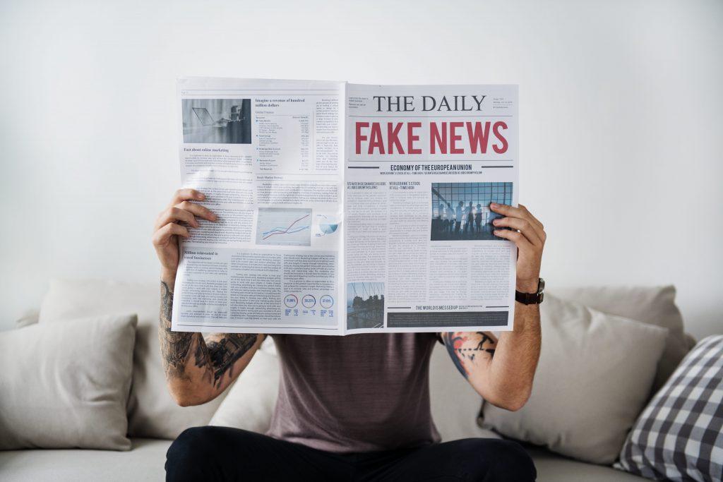 avanco-da-tecnologia-homem-tatuado-jornal-fake-news