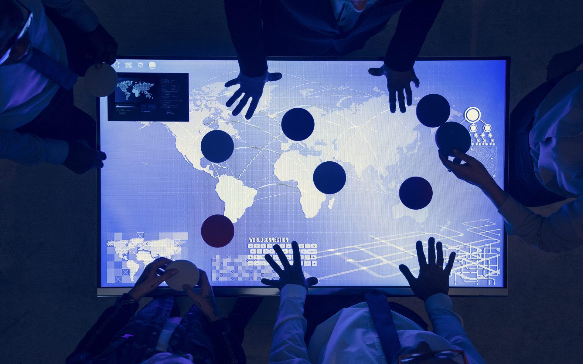 avanco-da-tecnologia-varias-pessoas-maos-tela-digital-mapa-do-mundo