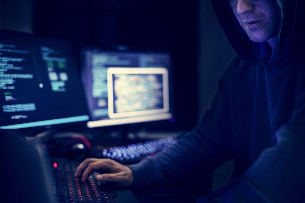 homem-computador-oculto-codigo-hacker