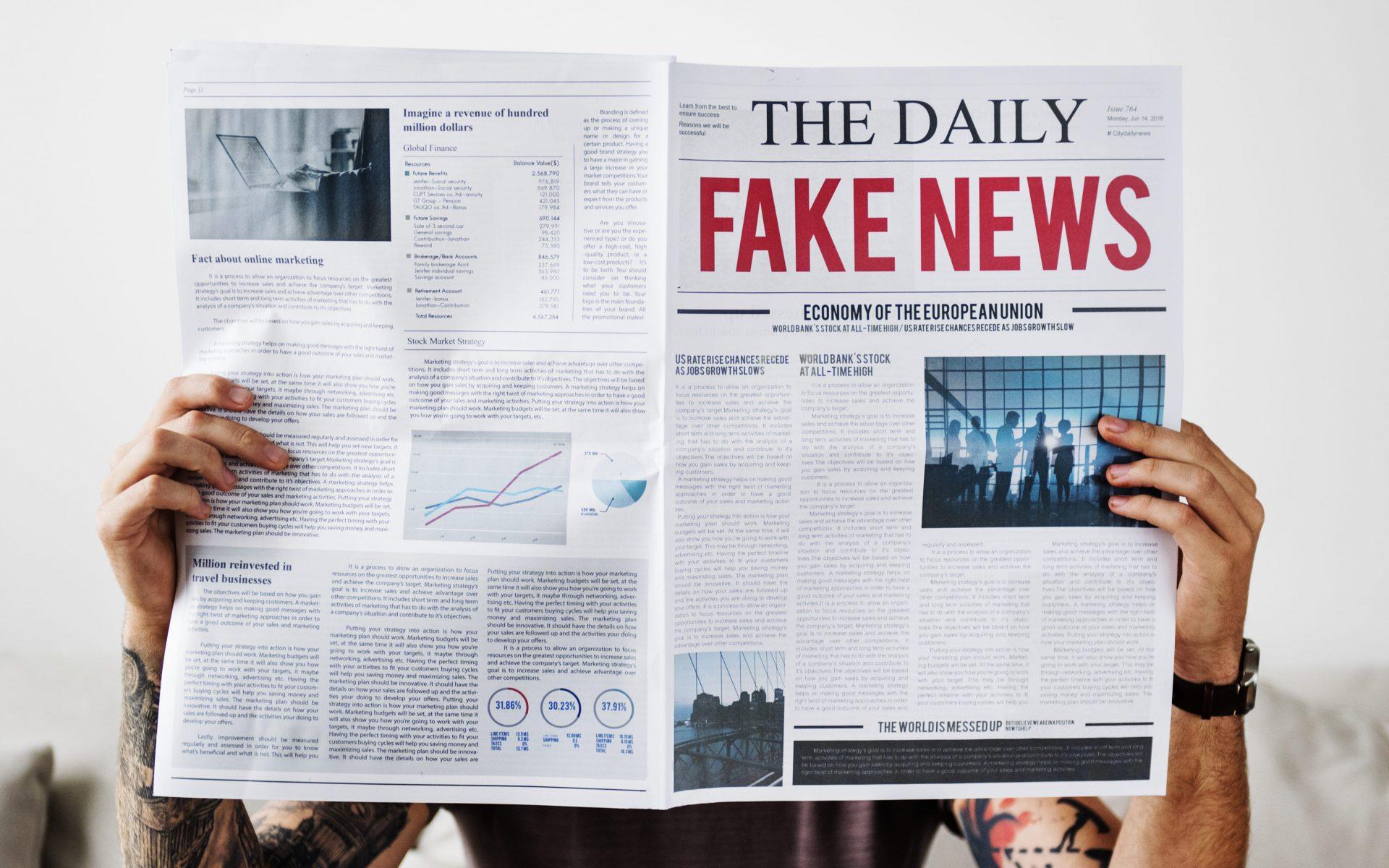 fake-news-homem-lendo-noticias-jornal-impresso