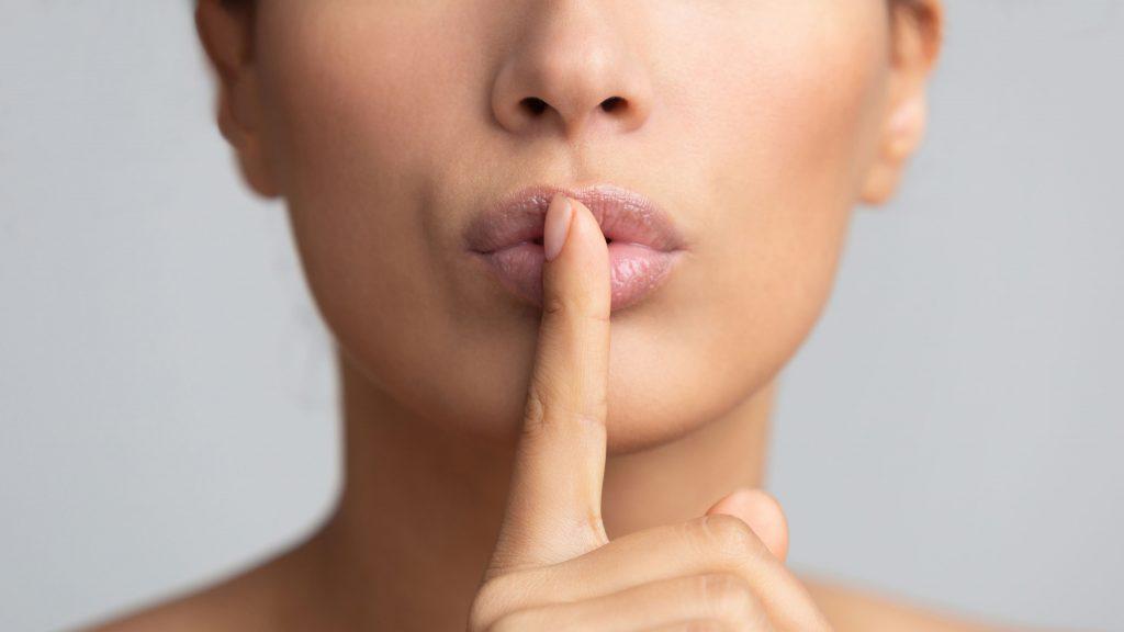 fake-news-mulher-sinal-silencio-censura