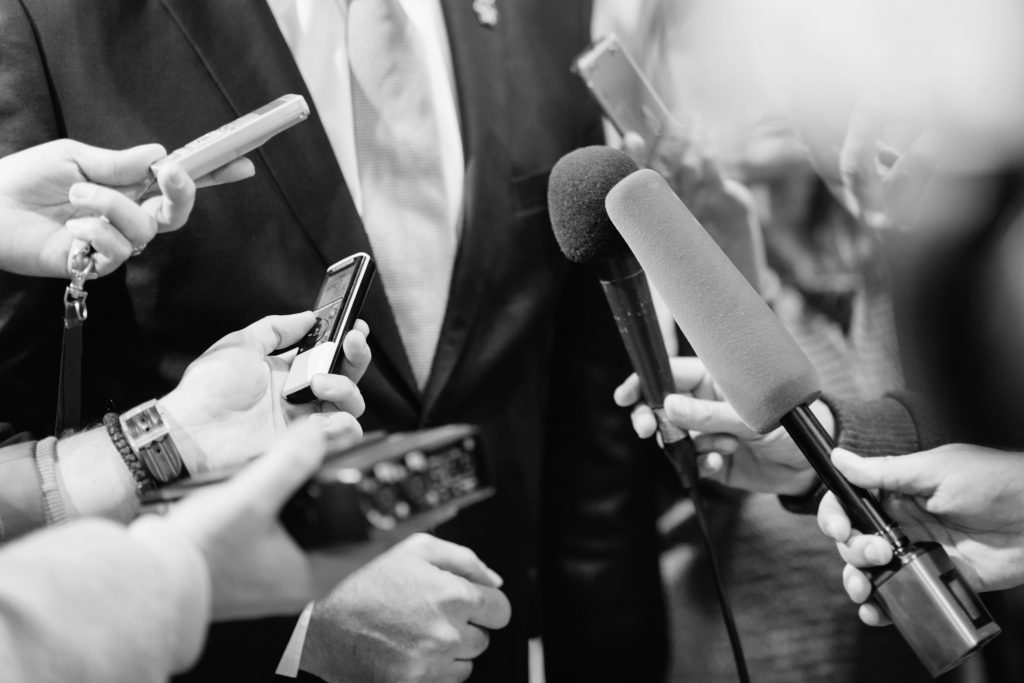 varios-jornalistas-microfone-entrevista