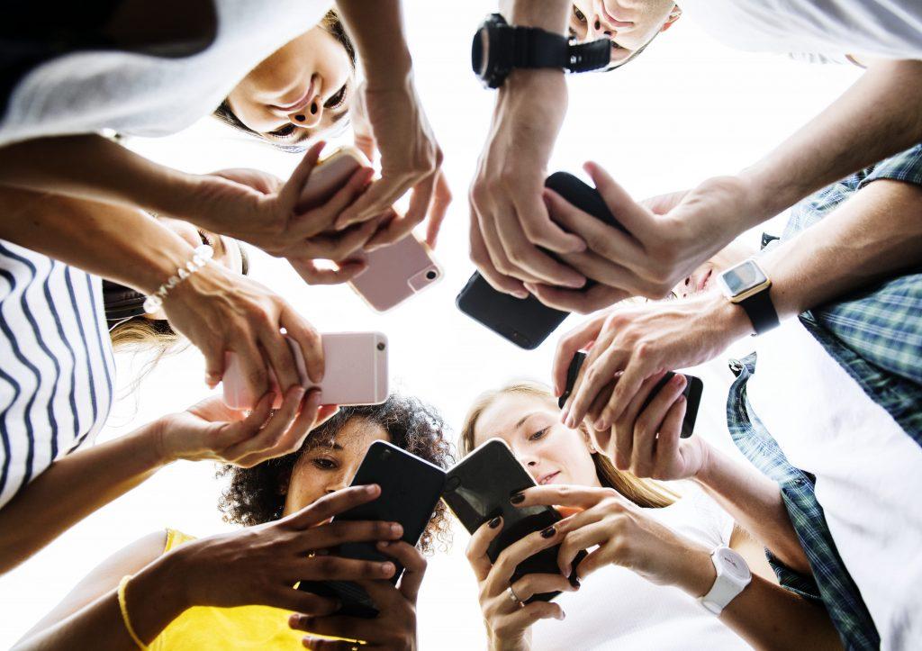 fake-news-varios-jovens-conectados-no-celular