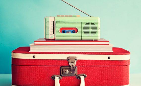 radio-online-aparelho-de-radio-verde-livros-em-cima-da-mala-vermelha