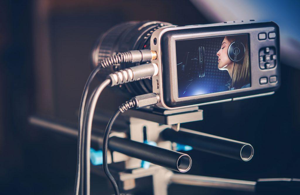 radio-online-gravacao-estudio-acustica-mulher-camera-e-celular