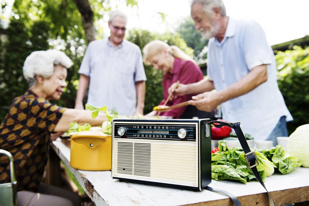 radio-online-grupo-de-idosos-escuta-radio-enquanto-mexe-nas-verduras