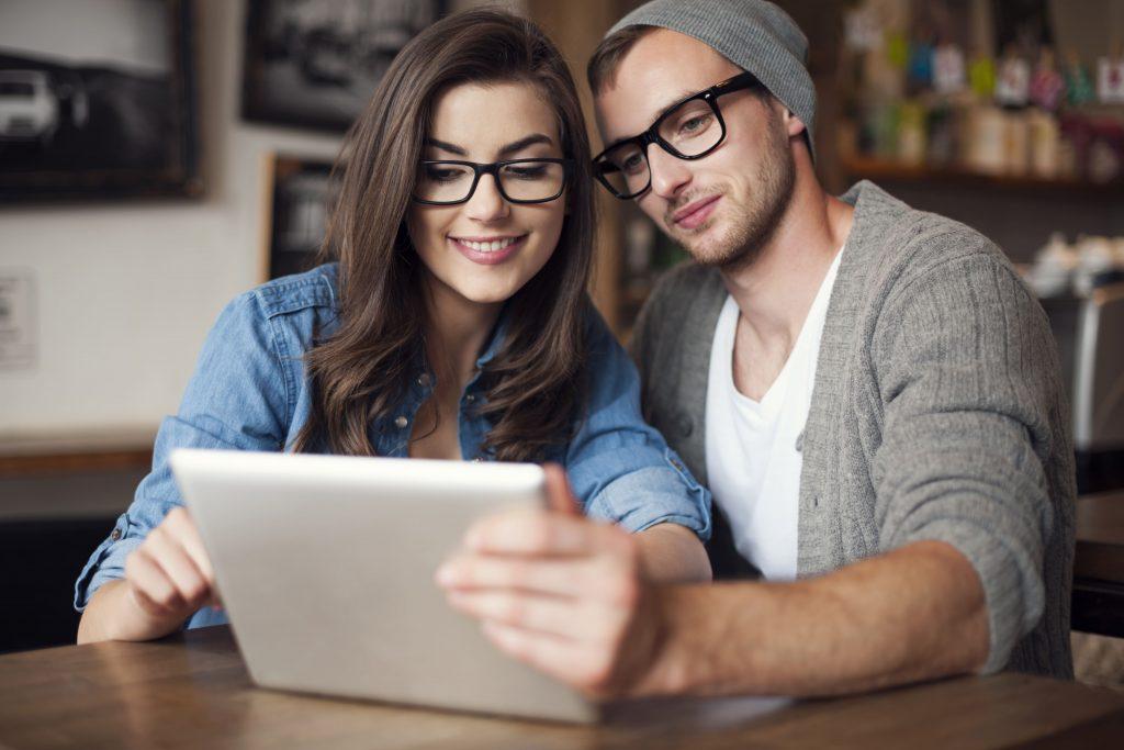 radio-online-homem-e-mulher-de-oculos-preto-assitindo-no-tablet