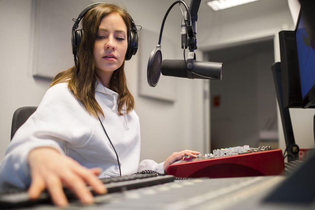 radio-online-mulher-radialista-trabalhando-em-estudio-de-radio