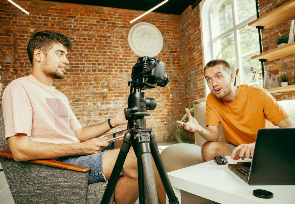 tv-e-internet-dois-homens-jovens-camera-gravando-video