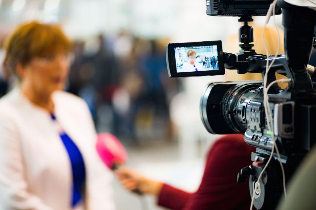 tv-e-internet-duas-mulheres-camera-microfone-entrevista