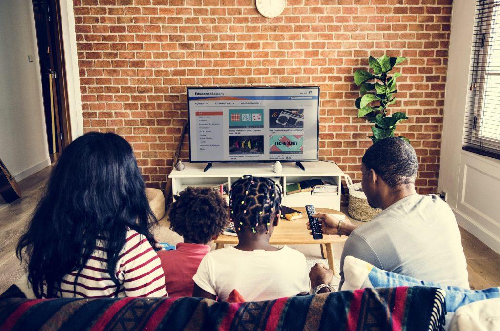 tv-e-internet-familia-pai-mae-filhos-assistindo-televisão-LCD