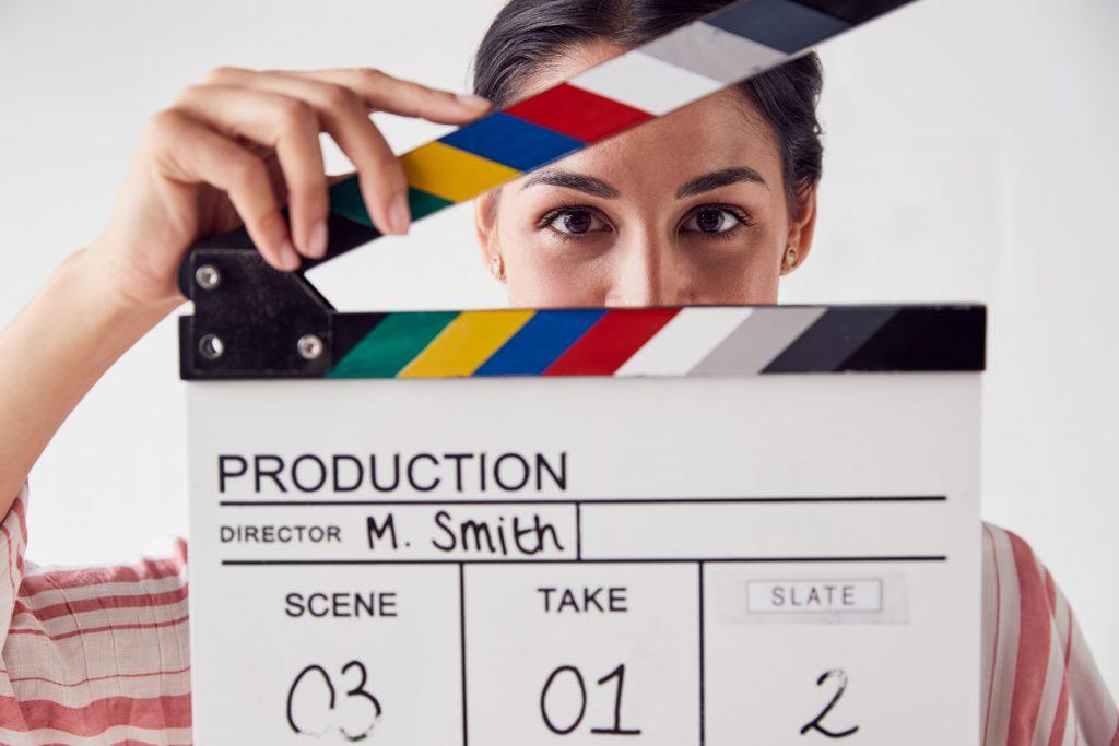 tv-e-internet-mulher-segurando-placa-claquete-video-gravar