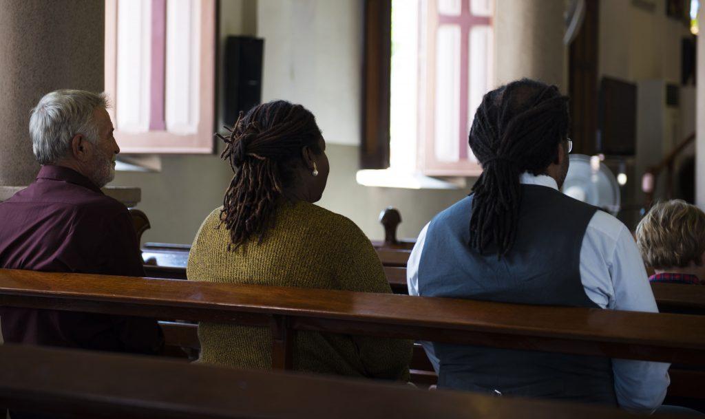 comunicacao-e-evangelizacao-banco-pessoas-sentadas-igreja-templo-rezando