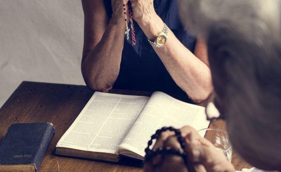comunicacao-e-evangelizacao-biblia-duas-mulheres-rezando