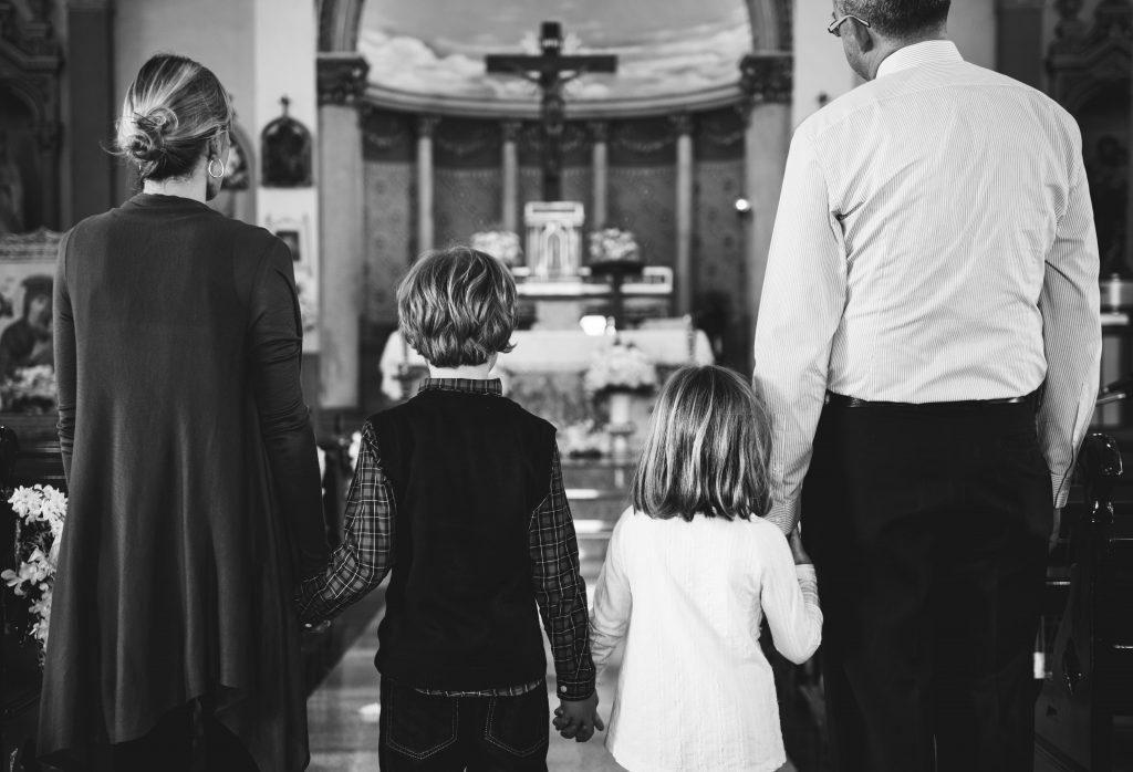 familia-pai-mae-filhos-igreja-crucifixo