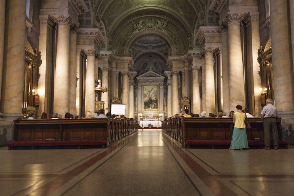 igrejas-pessoas-rezando-celebracao