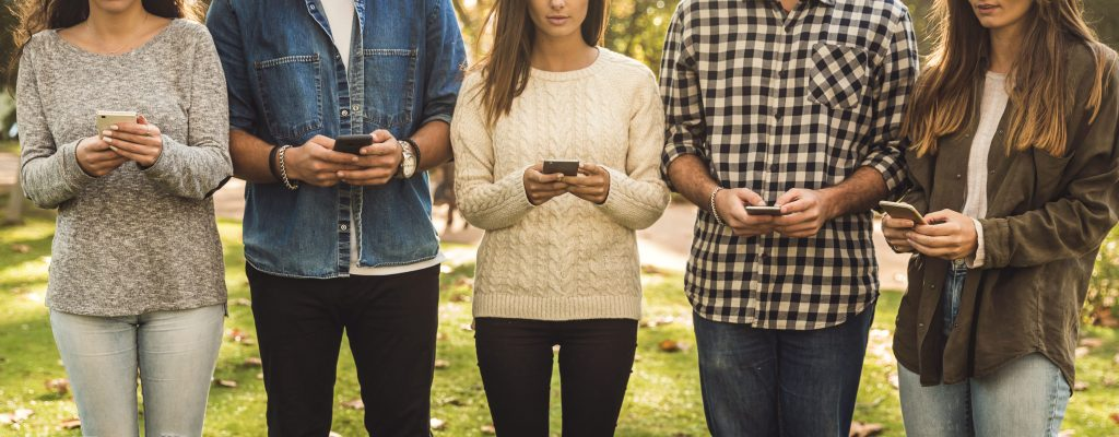 jovens-mexendo-no-celular