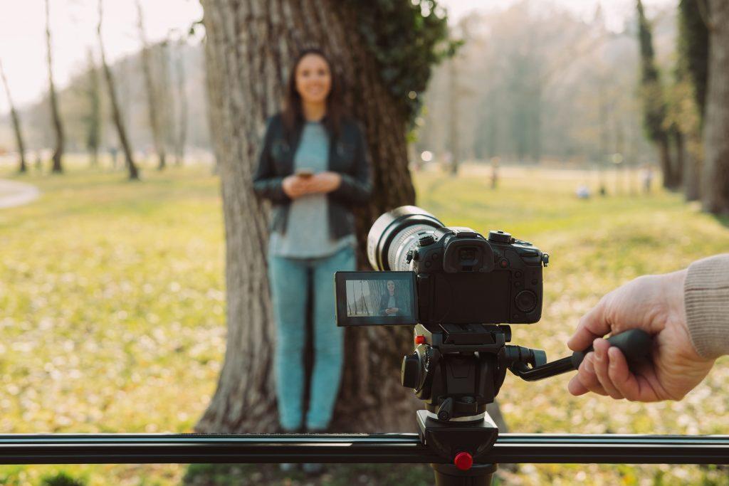 -mulher-gravando-camera-ao-ar-livre-transmissao-cinegrafista