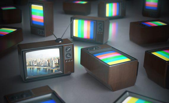 novas-tecnologias-varias-televisoes-antigas-ligadas-televisao-a-cor