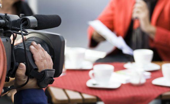 transmissao-ao-vivo-discurso-mulher-camera-homem-operando-camera-filmagem