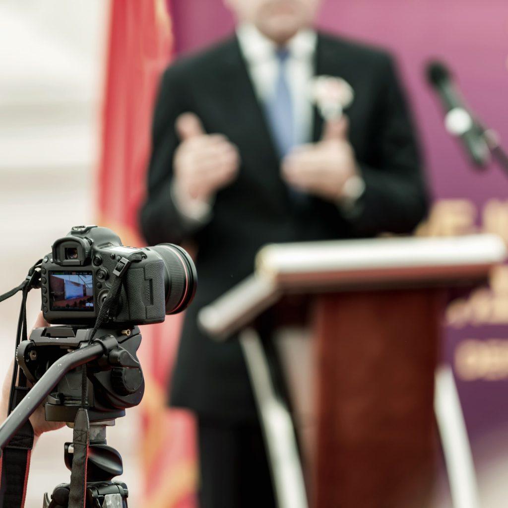 homem-engravatado-palestra-discurso-filmagem