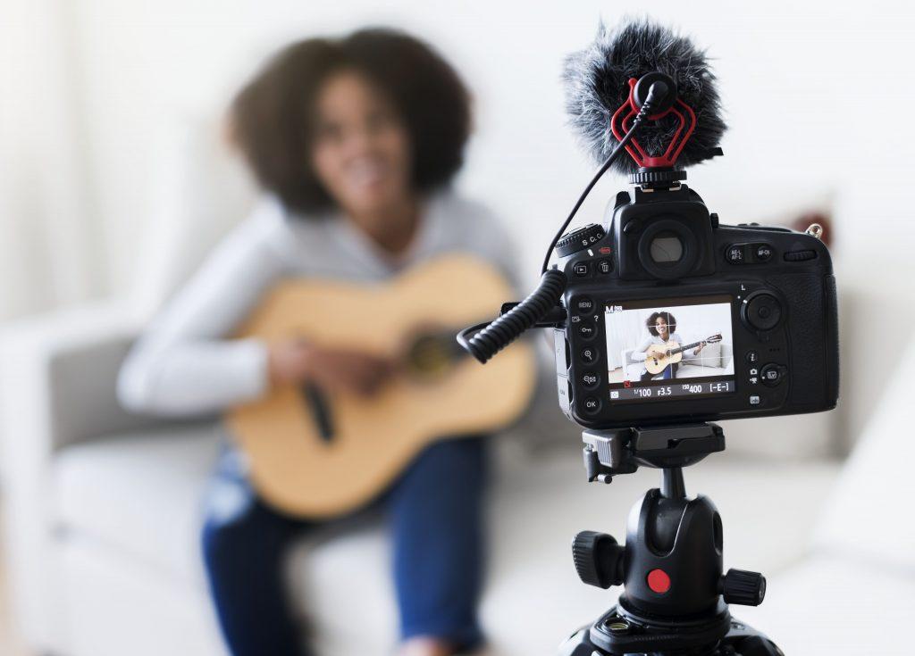 live-gravando-camera-mulher-tocando-violao