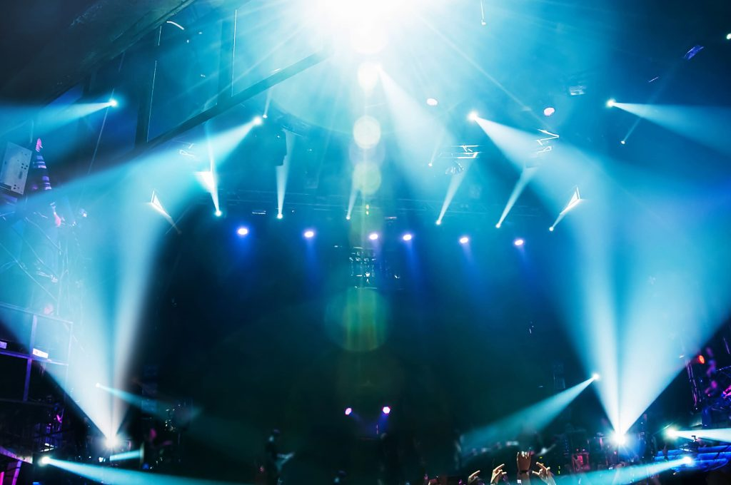 transmissao-ao-vivo-show-luzes-festa-publico-equipamentos