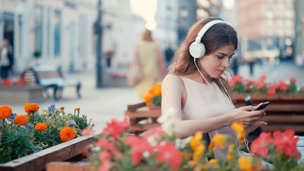 tudo-sobre-o-radio-garota-na-praca-flores-celular-com-fone-de-ouvido
