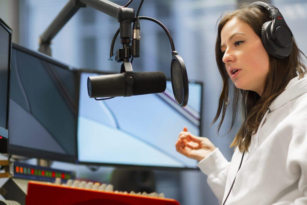 tudo-sobre-o-radio-locutora-fone-de-ouvido-microfone-computador-radialista