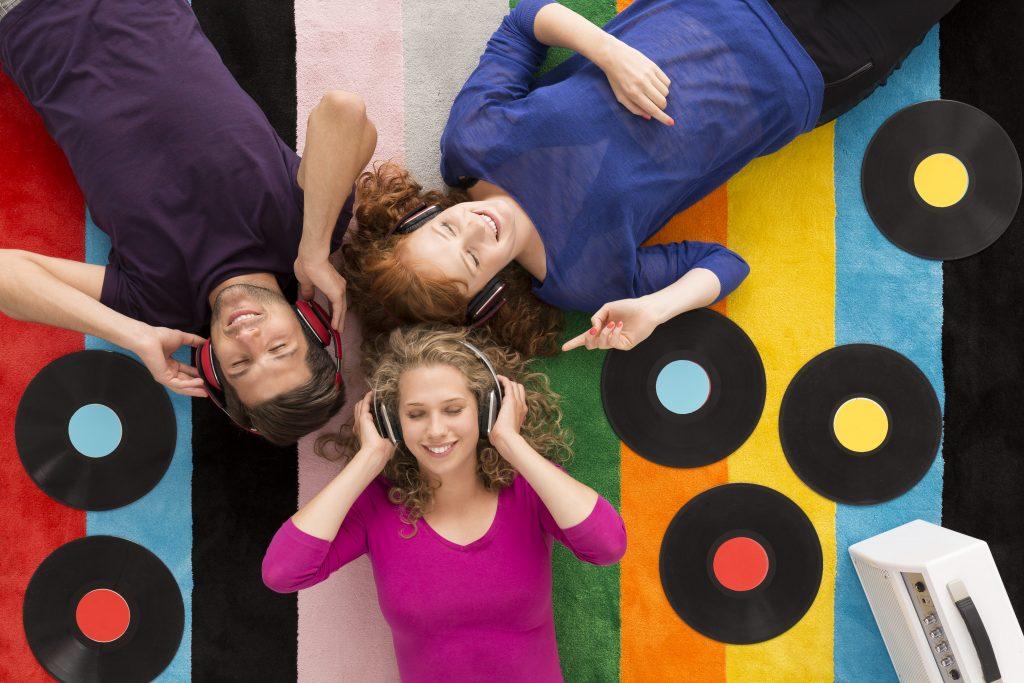 tudo-sobre-o-radio-tres-jovens-alegres-felizes-fone-de-ouvido-disco-vinil-faixas-coloridas